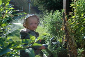 Dziecko w ogrodzie, ogród dla dzieci