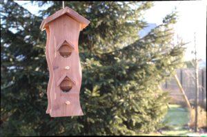 Drewniany pionowy karmnik z zasobnikiem na ziarno