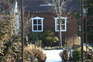 Ładna szopka w ogrodzie w zimie.
