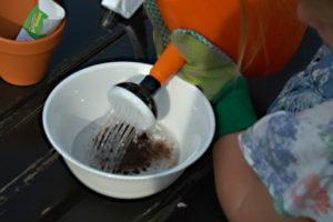 Nalewanie wody na sprasowane podłoże.
