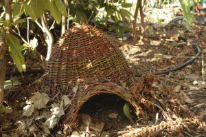 Wiklinowy domek dla jeża, jeż w ogrodzie ma już gdzie mieszkać!