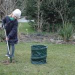 dzieci lubia sprzątanie i chętnie pomogą jeśli damy im chwytak ogrodowy