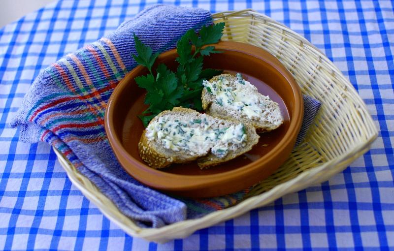 Masło ziołowe gotowe, rozsmarowane na pieczywie