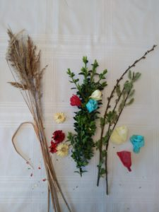 Materiały na palmę wielkanocną: kocanka ogrodowa, suche trawy, bazie, bibuła i bukszpan