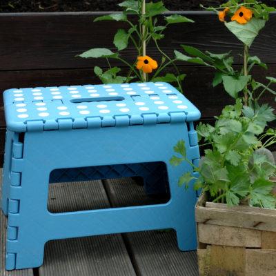 Niebieski składany stołek z powierzchnią antypoślizgową