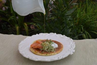 Pankejki z łososiem i kiełkami lucerny polewamy sosem z oliwy