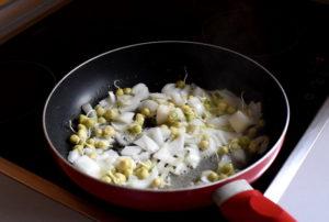 Podsmażanie cebuli - przepis na kiełki grochu