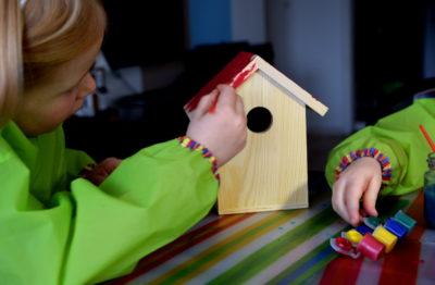 Malowanie domku dla ptaków przez dzieci