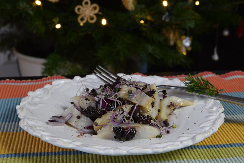 Śledź z kiełkami kapusty czerwonej na wigilijny wieczór - i tradycyjne smaki, i zdrowe właściwości.