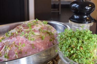 1 krok to przygotowanie marynaty z kiełków i obtoczenie w niej mięsa.
