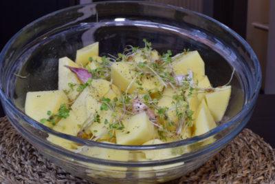 Ziemniaki i czosnek w marynacie z kiełków rukoli