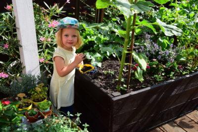 Dzieci w ogrodzie czasem bawią się ziemią, to fakt!