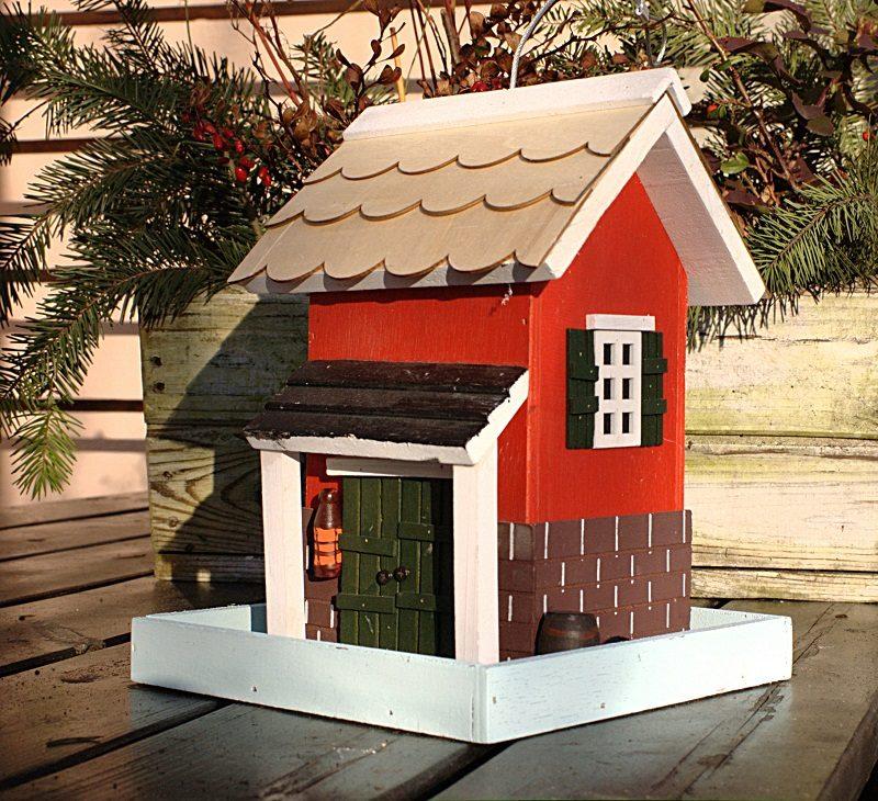 karmnik czerwony domek Semini z drewna