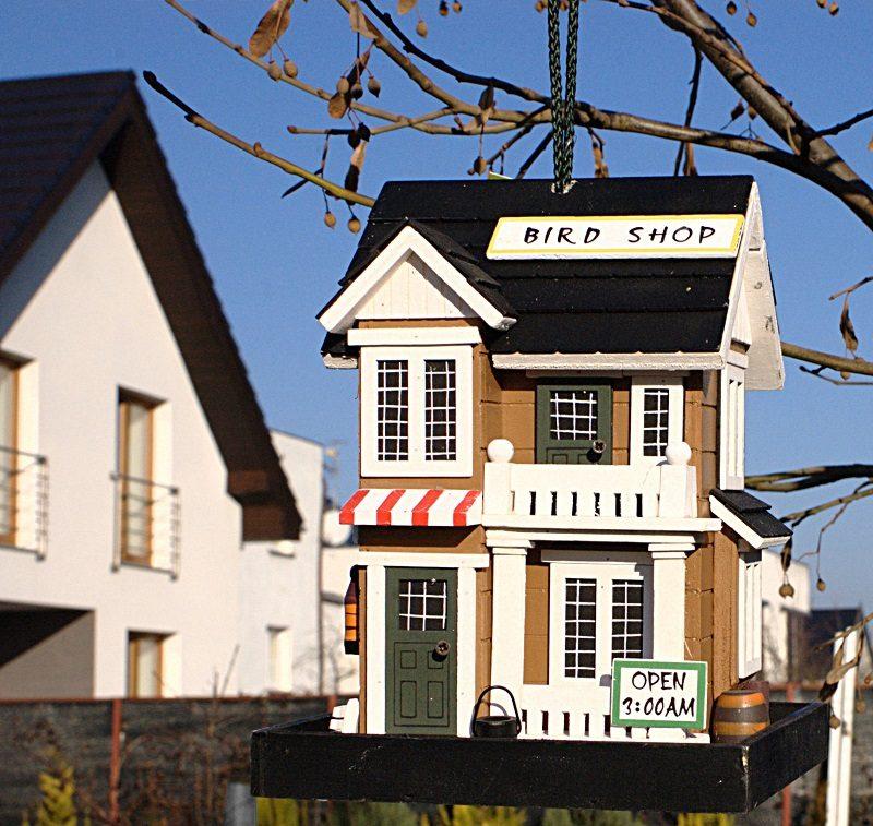 karmnik ptasi sklep drewniany z zasobnikiem Semini wisi w ogrodzie