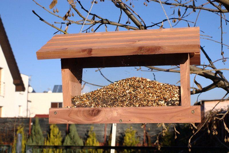 Karmnik drewniany poziomy z zasobnikiem pełnym ziarna