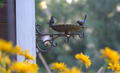 żeliwne poidełko dla ptaków mocowane do ściany