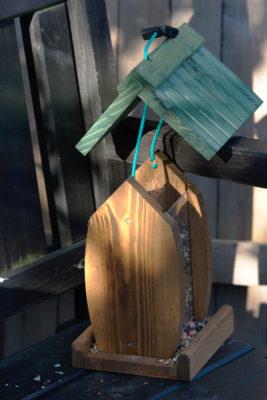 Podnoszenie daszka karmnika z zasobnikiem