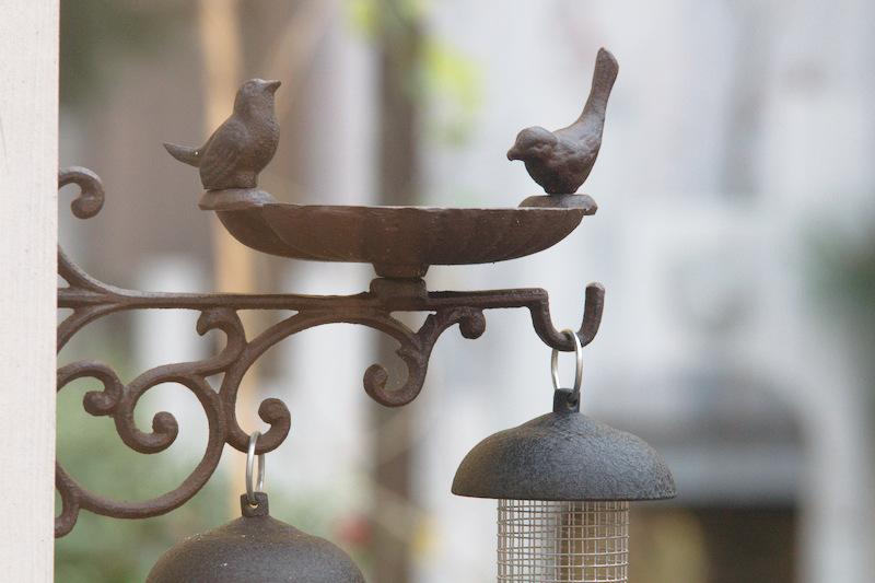 Żeliwne poidełko dla ptaków zimujących