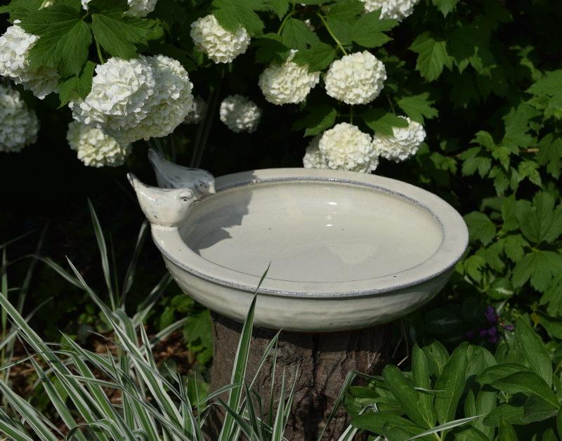 Białe poidełko dla ptaszków ceramiczne w kształcie misy z ptaszkami
