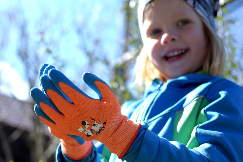 Dziecko w rękawicach ogrodowych