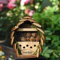 Domek dla owadów w letnim ogrodzie