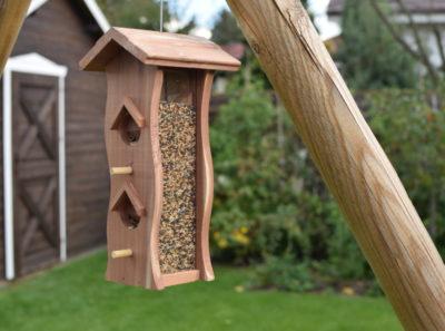Pionowy karmnik z drewna z zasobnikiem na ziarna dla ptaków