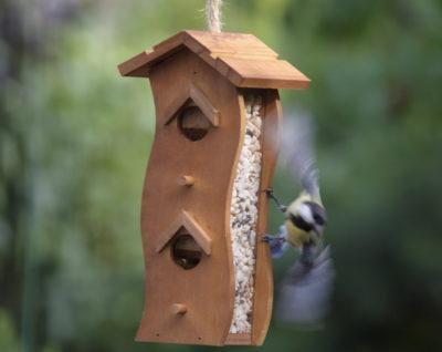 Karmnik z zasobnikiem z ptakiem w locie