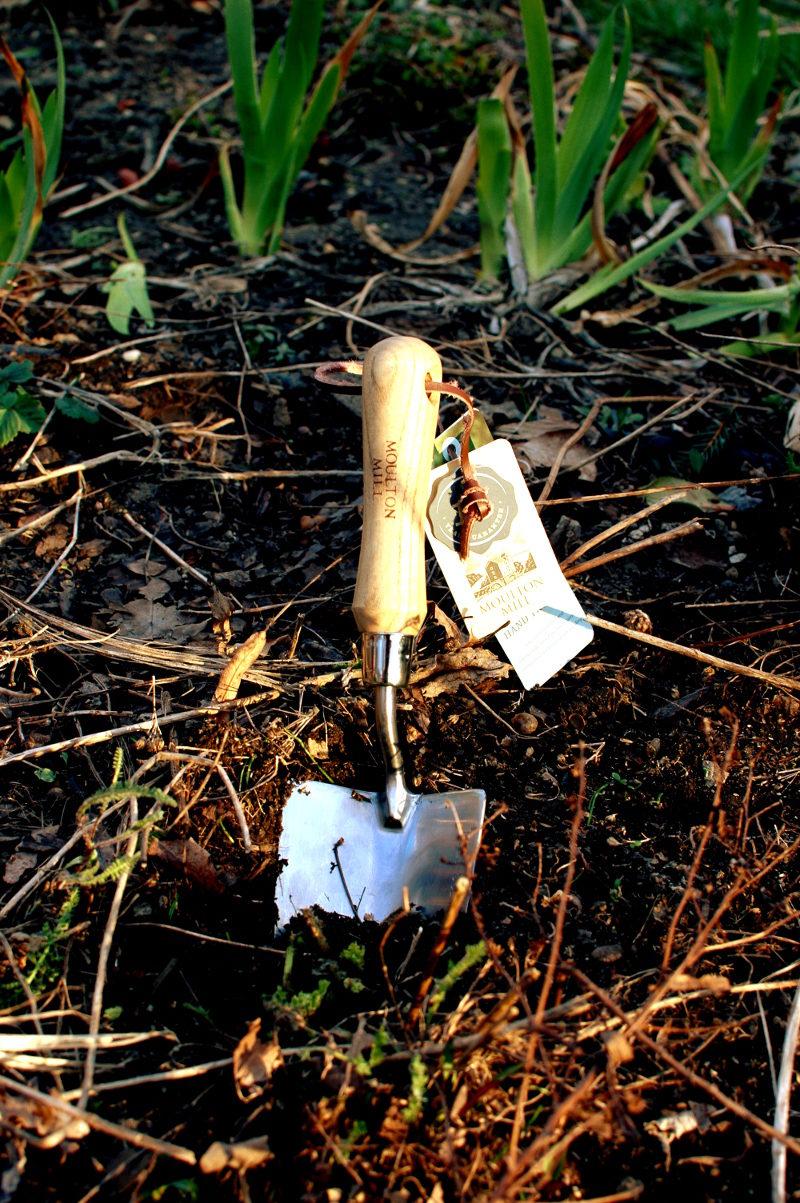 łopatka ogrodowa ręczna duża ze stali nierdzewnej niespawana wbita w ziemię