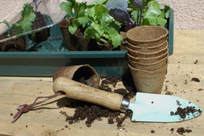 Niebieska łopatka ogrodnicza na prezent i doniczki torfowe