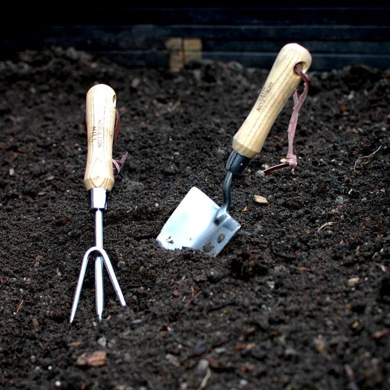 pazurki ogrodnicze i łopatka ze stali nierdzewnej wbite w ziemię