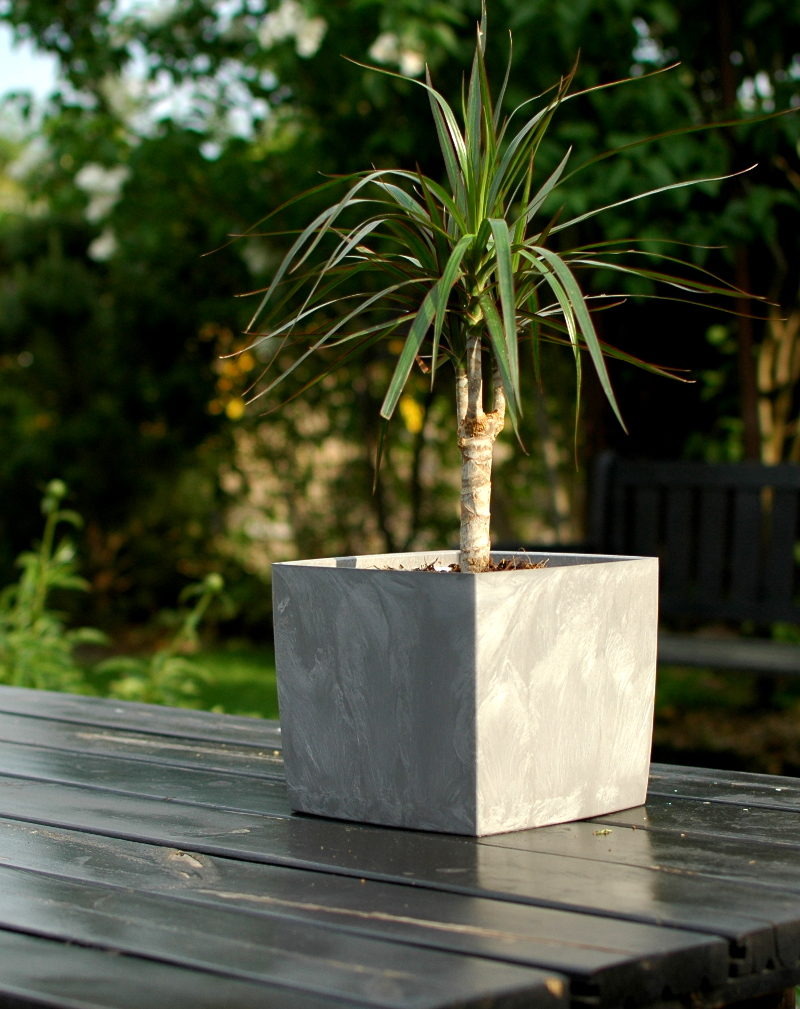 Doniczka Square Marble 3,1l z tworzywa z recyklingu w kolorze szarym.