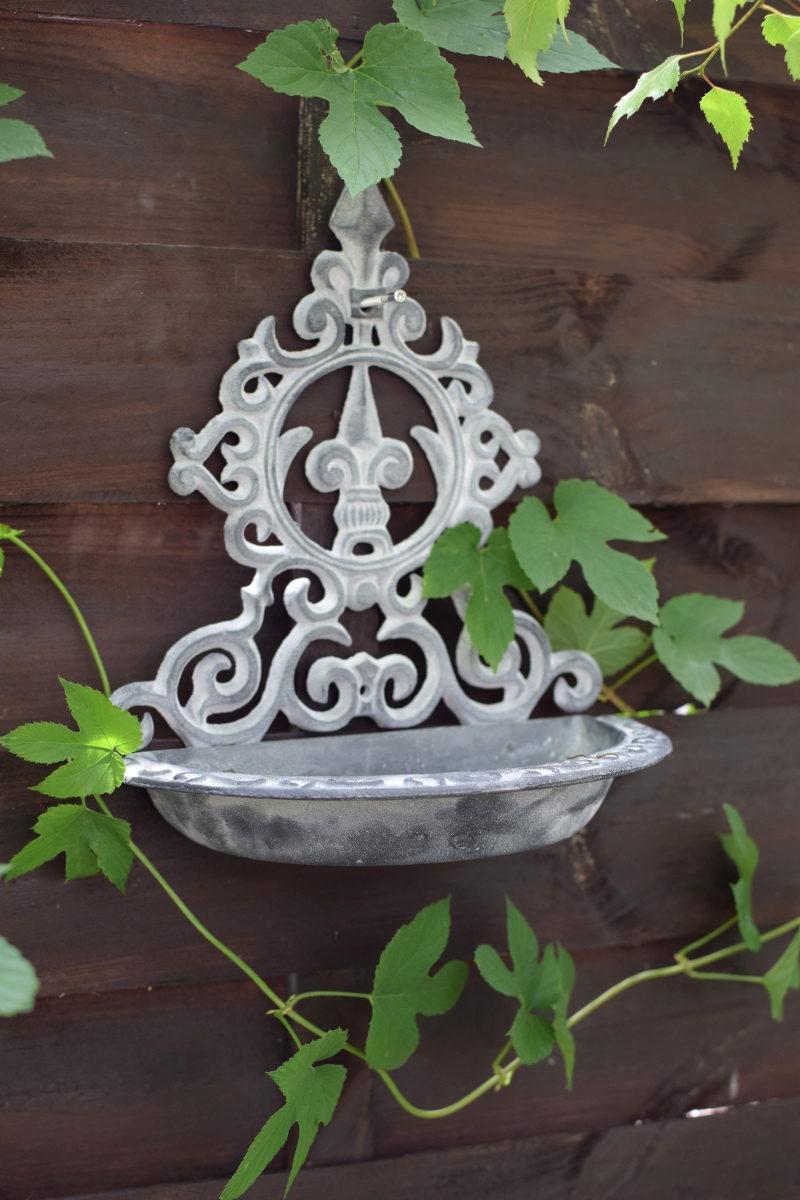 Piękne poidełko żeliwne do wieszania na ścianę