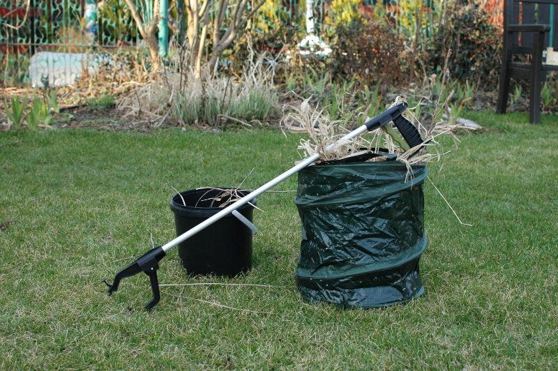 przydadzą się do porządków w ogrodzie: pojemnik rozkładany, wiaderko i chwytak ogrodowy