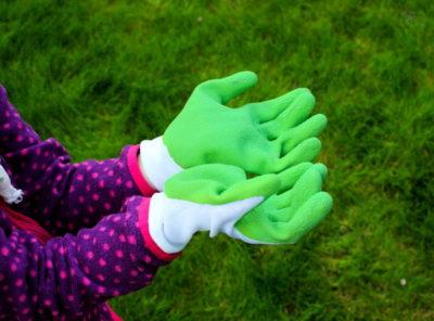 Te małe rączki w rękawicach dla dzieci posiały trawnik