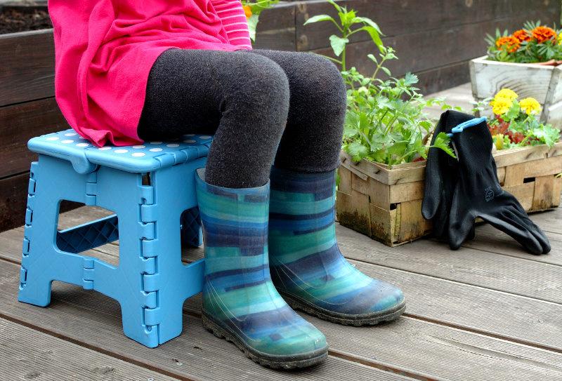 Odpoczynek na stołeczku składanym w ogrodzie