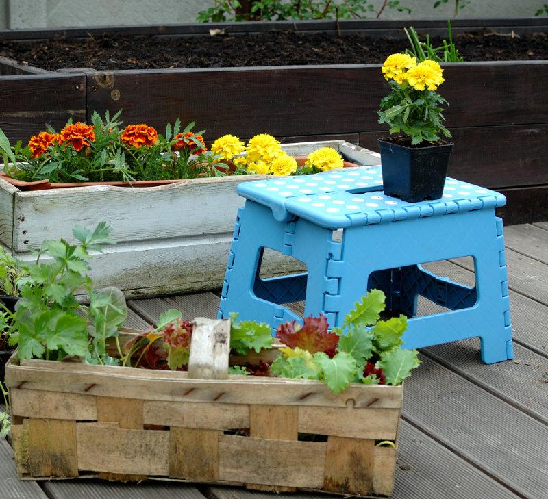 Składany stołek niebieski na tarasie