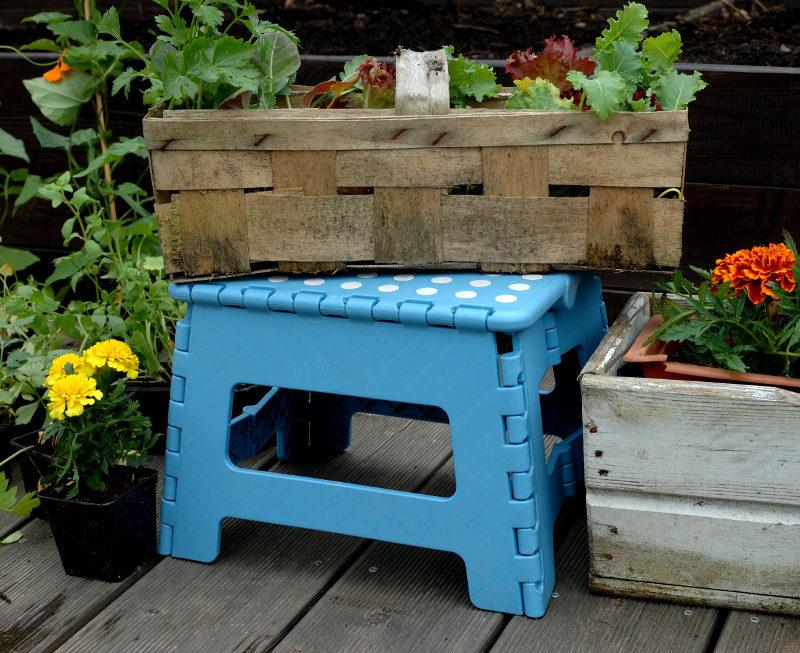 Składany stołek niebieski składany na tarasie