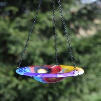 Szklane poidełko dla ptaków w ogrodzie
