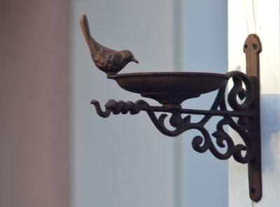 Wieszak na karmnik metalowy z ornamentem