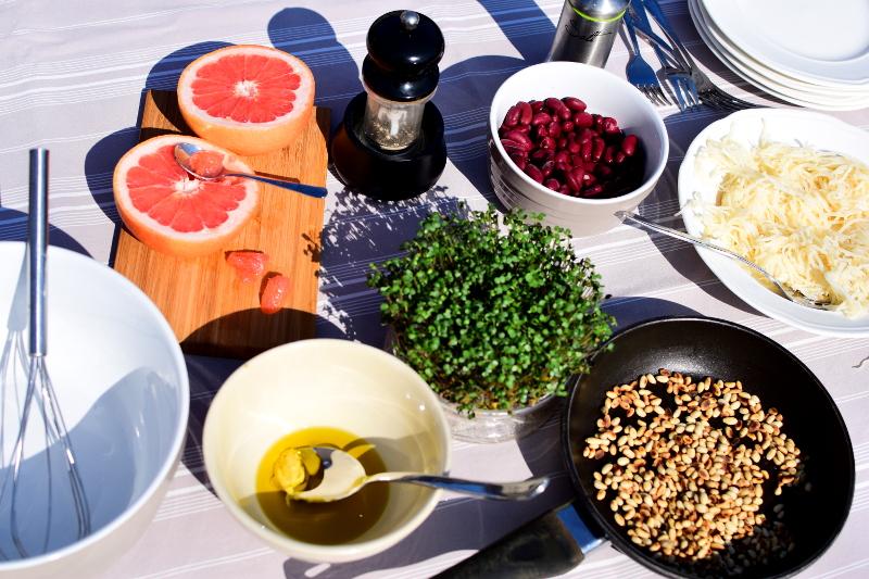 produkty i sałatka z kiełkami gorczycy