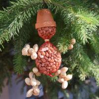 Ludzik z orzechów dla ptaków zimujących DIY