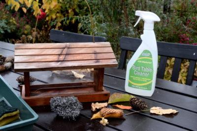 Skuteczny środek do czyszczenia karmników i innych elementów, z którymi mają styczność ptaki.