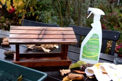 Karmnik wymyty specjalnym płynem do czyszczenia karmników
