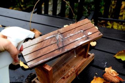 Jak czyścić karmnik dla ptaków, aby go przygotować na nowy sezon dokarmiania
