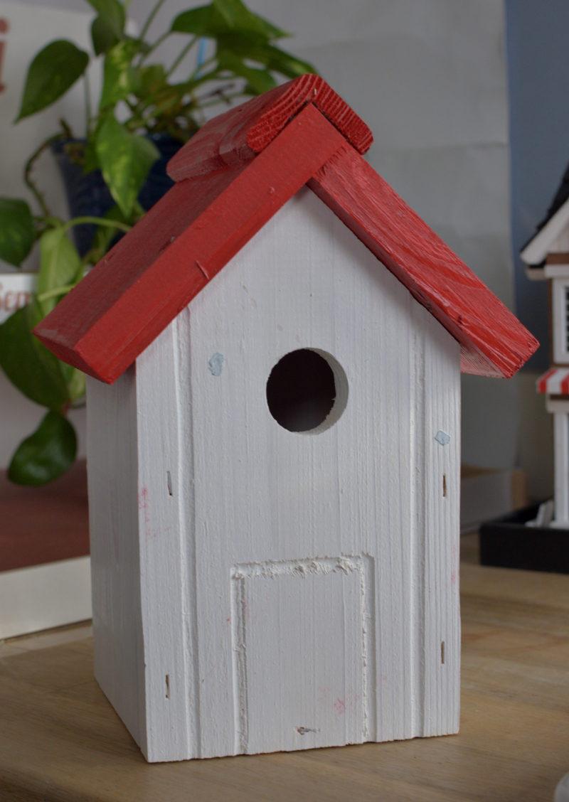 budka lęgowa z czerwonym dachem