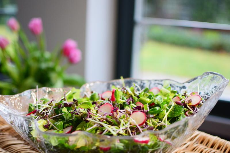 Przepisy na mikroliście: sałatki i dania główne