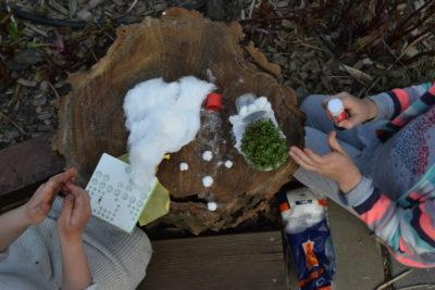 Dzieci robią baranka z rzeżuchy
