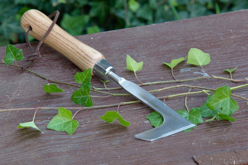 Nóż do fug w kostce w ogrodzie