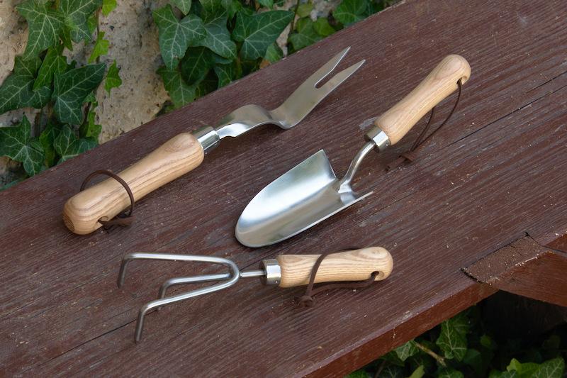 Eleganckie narzędzia z drewnianymi rączkami do ogrodu