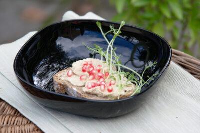 Kanapka z humusem, granatem i mikroliśćmi ciecierzycy
